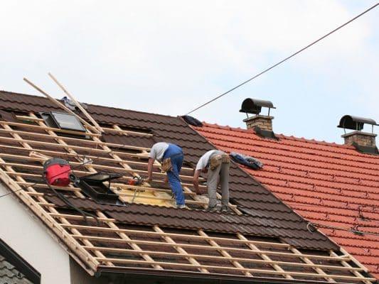 dois homens trabalhando no telhado